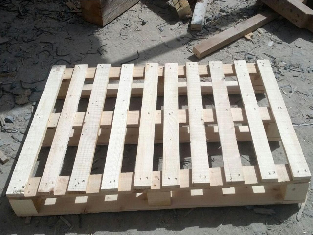 wooden pallet lateral view